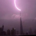 انتشار ویدیوهایی وحشتآور از برخورد صاعقه با برج خلیفه دبی